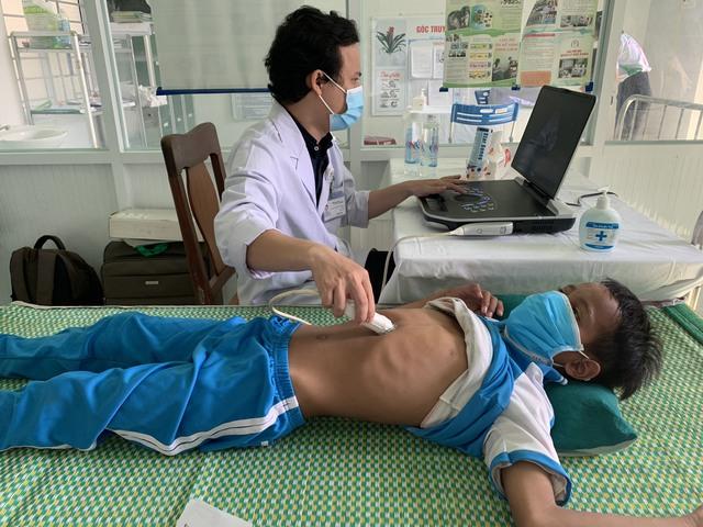 Hơn 1.700 người dân miền núi được khám và cấp phát thuốc miễn phí - Ảnh 1.