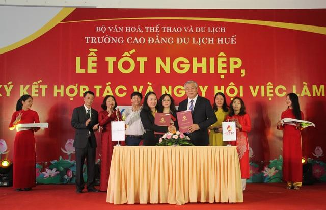 Trao bằng tốt nghiệp và tổ chức Ngày hội việc làm cho sinh viên ngành du lịch tại Thừa Thiên Huế - Ảnh 2.