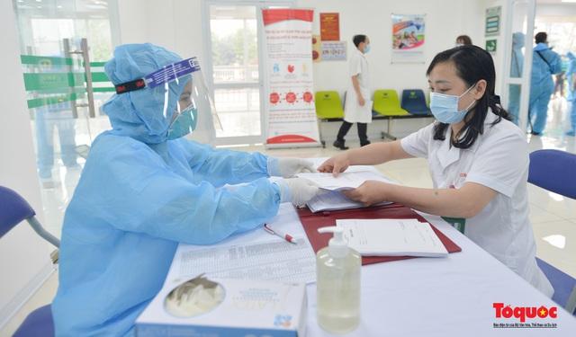 Chính thức tiêm những mũi vắc xin COVID-19 của AstraZeneca tại Việt Nam - Ảnh 11.