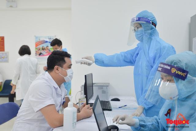 Chính thức tiêm những mũi vắc xin COVID-19 của AstraZeneca tại Việt Nam - Ảnh 10.