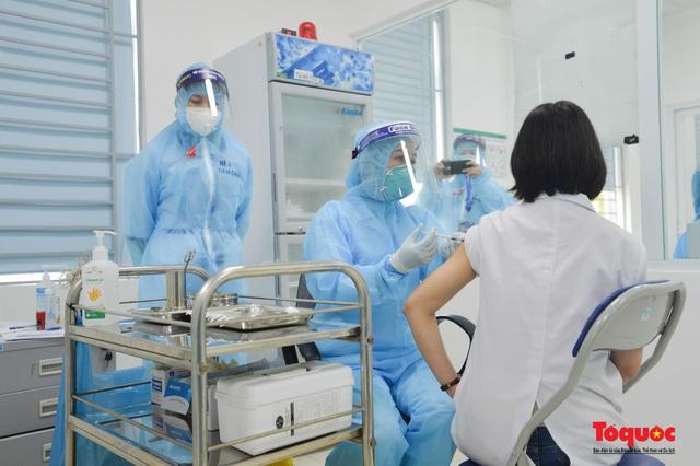 Chính thức tiêm những mũi vắc xin COVID-19 của AstraZeneca tại Việt Nam - Ảnh 15.