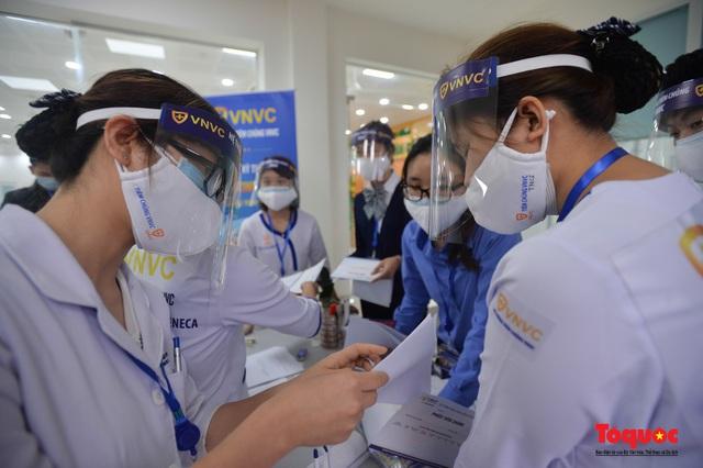 Chính thức tiêm những mũi vắc xin COVID-19 của AstraZeneca tại Việt Nam - Ảnh 9.