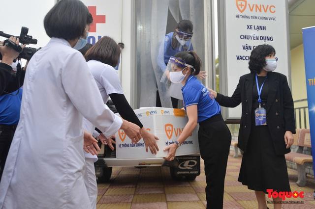 Chính thức tiêm những mũi vắc xin COVID-19 của AstraZeneca tại Việt Nam - Ảnh 4.