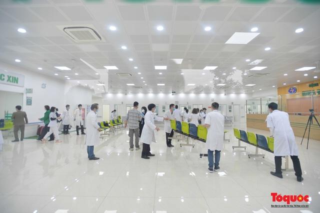 Chính thức tiêm những mũi vắc xin COVID-19 của AstraZeneca tại Việt Nam - Ảnh 8.