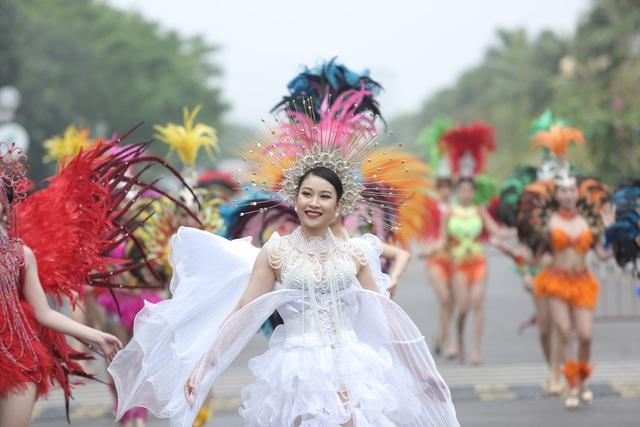 Hàng vạn du khách dự khai mạc lễ hội hoa tại Sầm Sơn - Ảnh 1.