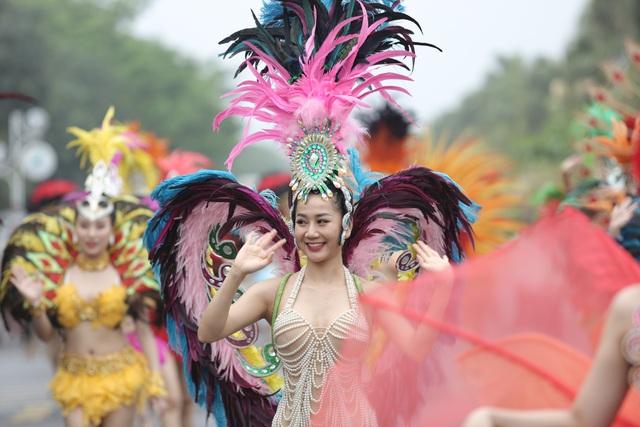 Hàng vạn du khách dự khai mạc lễ hội hoa tại Sầm Sơn - Ảnh 2.