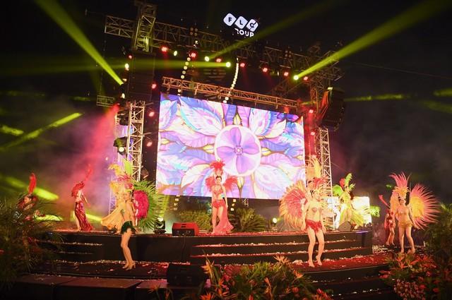Đêm nghệ thuật khai mạc lễ hội hoa FLC Sầm Sơn thu hút hàng vạn du khách - Ảnh 2.