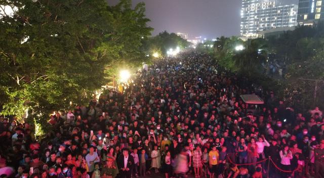 Đêm nghệ thuật khai mạc lễ hội hoa FLC Sầm Sơn thu hút hàng vạn du khách - Ảnh 3.
