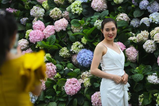 Hàng vạn du khách dự khai mạc lễ hội hoa tại Sầm Sơn - Ảnh 4.