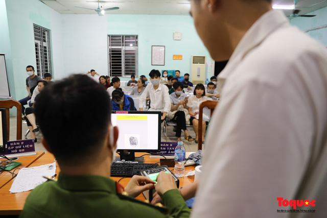 Hình ảnh đẹp của lực lượng Công an Hà Nội nỗ lực ngày đêm cấp căn cước công dân gắn chip điện tử - Ảnh 16.