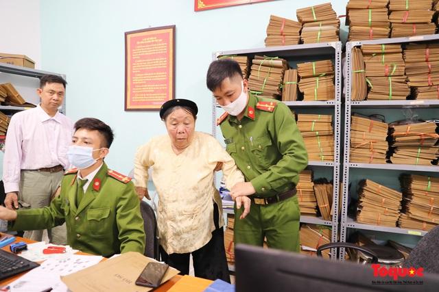 Hình ảnh đẹp của lực lượng Công an Hà Nội nỗ lực ngày đêm cấp căn cước công dân gắn chip điện tử - Ảnh 15.