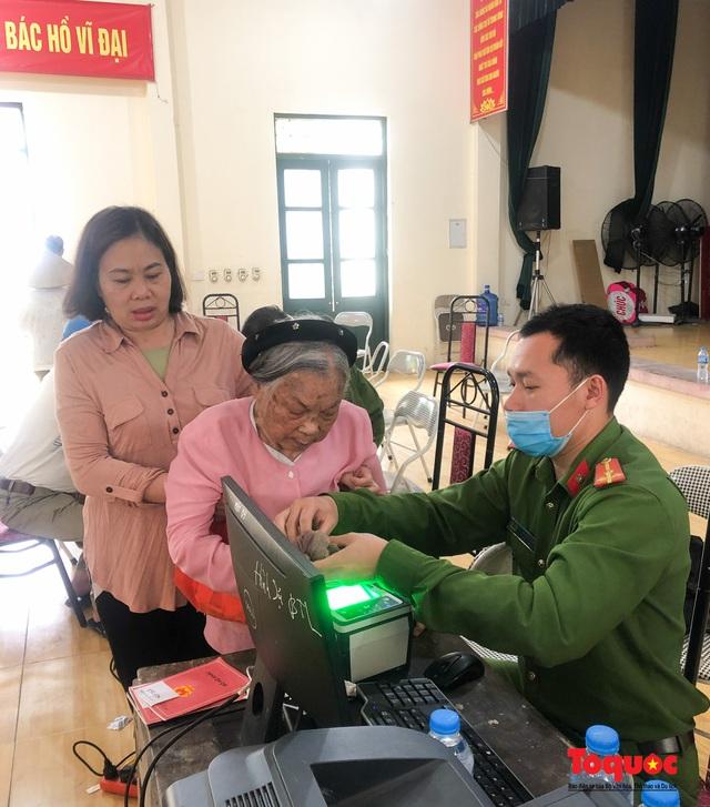 Hình ảnh đẹp của lực lượng Công an Hà Nội nỗ lực ngày đêm cấp căn cước công dân gắn chip điện tử - Ảnh 12.