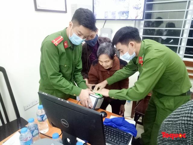 Hình ảnh đẹp của lực lượng Công an Hà Nội nỗ lực ngày đêm cấp căn cước công dân gắn chip điện tử - Ảnh 11.