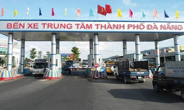 Nhân viên kiểm soát vé bến xe trung tâm Đà Nẵng chặn xe cứu thương để thu tiền - Ảnh 1.