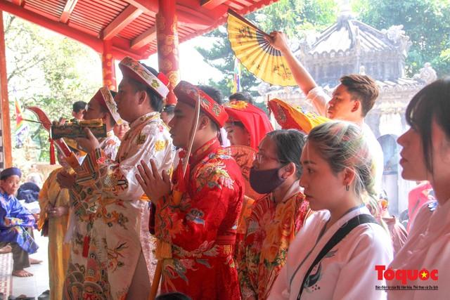 Lễ hội điện Huệ Nam đông khách trở lại sau một năm tạm dừng vì Covid-19 - Ảnh 11.