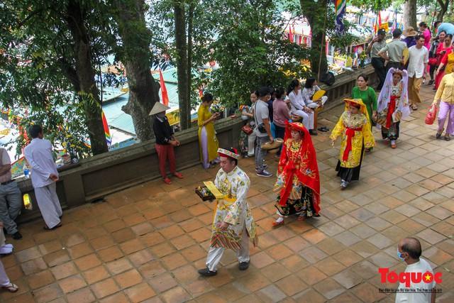 Lễ hội điện Huệ Nam đông khách trở lại sau một năm tạm dừng vì Covid-19 - Ảnh 7.