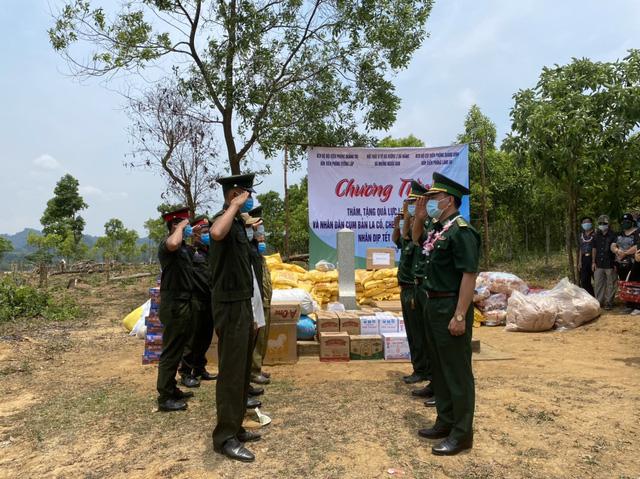 Thăm hỏi, tặng quà cho lực lượng bảo vệ biên giới và nhân dân nước bạn Lào nhân dịp Tết Bunpimay - Ảnh 1.