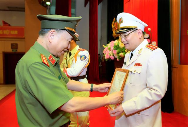 Thăng hàm Trung tướng đối với Chánh Văn phòng Bộ Công an Tô Ân Xô - Ảnh 1.