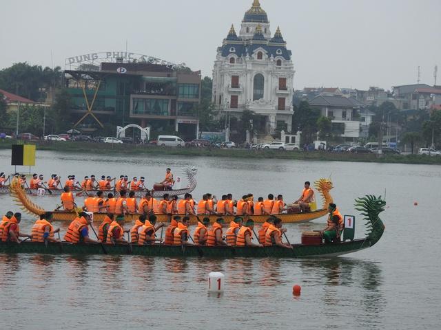 Phú Thọ: Sôi nổi cuộc đua bơi chải trên hồ Công viên văn lang dịp Giỗ Tổ Hùng Vương 2021 - Ảnh 1.