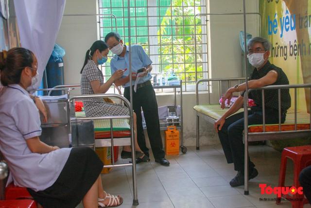 Thừa Thiên Huế bắt đầu tiêm chủng vaccine phòng Covid-19 - Ảnh 12.