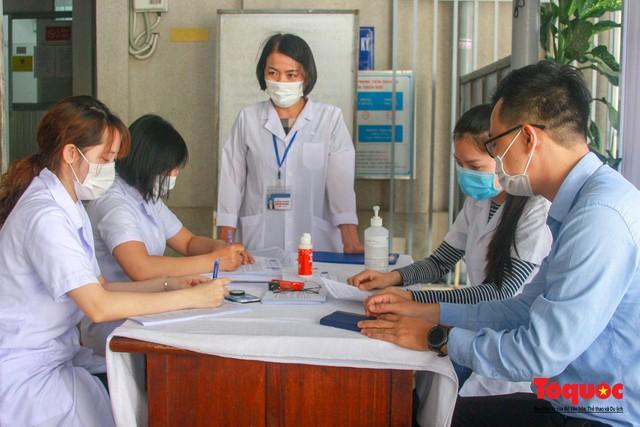 Thừa Thiên Huế bắt đầu tiêm chủng vaccine phòng Covid-19 - Ảnh 1.