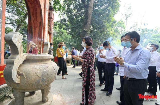 Hàng ngàn người dân đổ về đền Hùng, công tác an ninh, phòng dịch được đảm bảo an toàn trước ngày giỗ tổ - Ảnh 7.