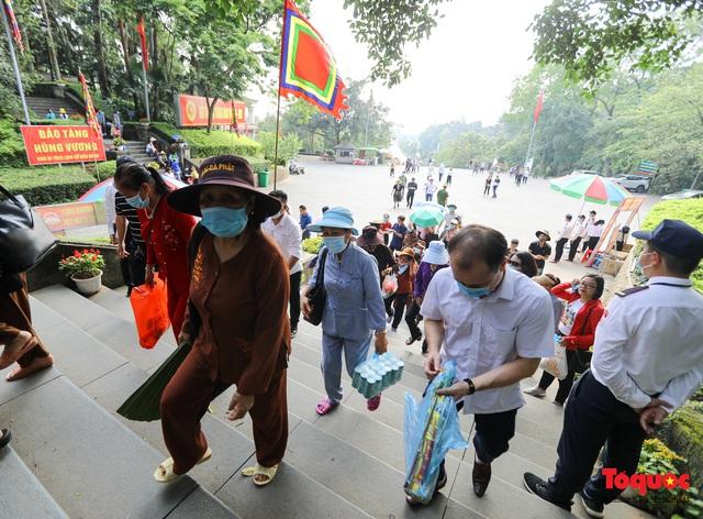 Hàng ngàn người dân đổ về đền Hùng, công tác an ninh, phòng dịch được đảm bảo an toàn trước ngày giỗ tổ - Ảnh 10.