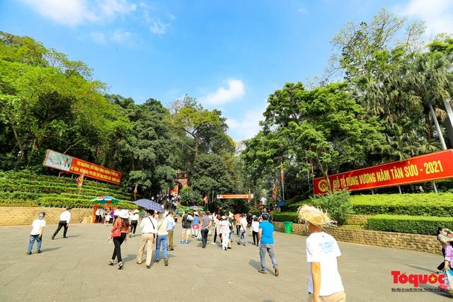 Hàng ngàn người dân đổ về đền Hùng, công tác an ninh, phòng dịch được đảm bảo an toàn trước ngày giỗ tổ - Ảnh 1.