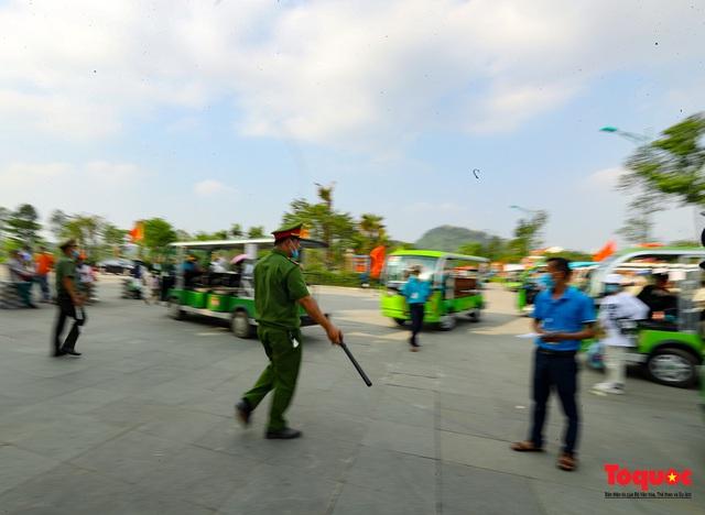 Hàng ngàn người dân đổ về đền Hùng, công tác an ninh, phòng dịch được đảm bảo an toàn trước ngày giỗ tổ - Ảnh 15.