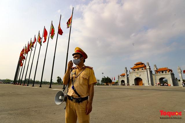 Hàng ngàn người dân đổ về đền Hùng, công tác an ninh, phòng dịch được đảm bảo an toàn trước ngày giỗ tổ - Ảnh 13.