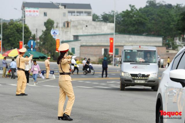Hàng ngàn người dân đổ về đền Hùng, công tác an ninh, phòng dịch được đảm bảo an toàn trước ngày giỗ tổ - Ảnh 14.