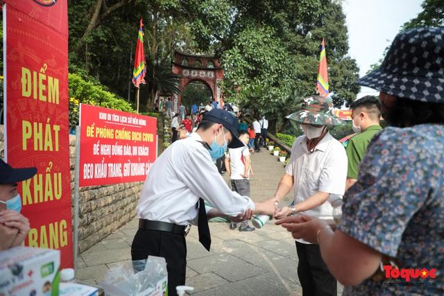 Hàng ngàn người dân đổ về đền Hùng, công tác an ninh, phòng dịch được đảm bảo an toàn trước ngày giỗ tổ - Ảnh 2.