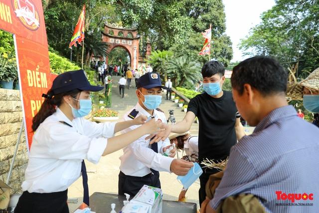 Hàng ngàn người dân đổ về đền Hùng, công tác an ninh, phòng dịch được đảm bảo an toàn trước ngày giỗ tổ - Ảnh 4.