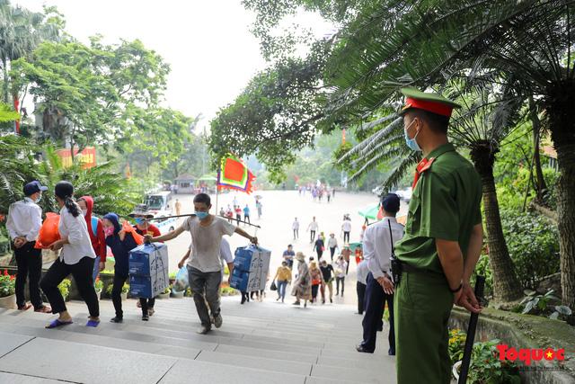 Hàng ngàn người dân đổ về đền Hùng, công tác an ninh, phòng dịch được đảm bảo an toàn trước ngày giỗ tổ - Ảnh 6.