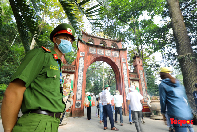 Hàng ngàn người dân đổ về đền Hùng, công tác an ninh, phòng dịch được đảm bảo an toàn trước ngày giỗ tổ - Ảnh 5.