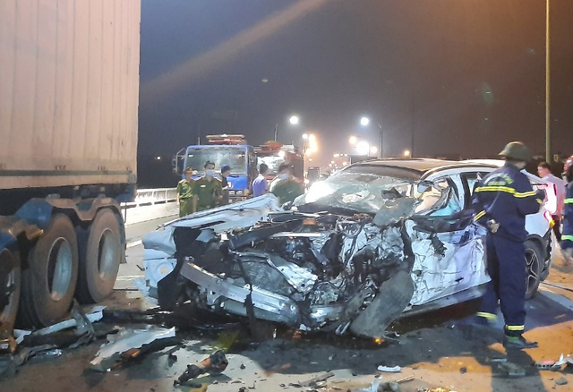 """""""Xế hộp"""" nát bét sau tai nạn trên cầu Quán Hàu - Ảnh 2."""