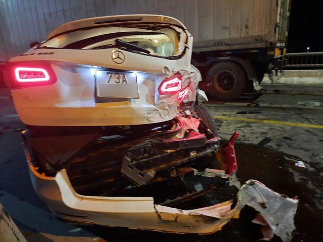 """""""Xế hộp"""" nát bét sau tai nạn trên cầu Quán Hàu - Ảnh 3."""