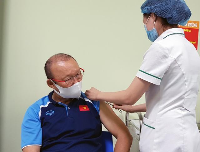 HLV Park Hang-seo cùng BHL ĐT Việt Nam tiêm vaccine Covid-19 - Ảnh 1.