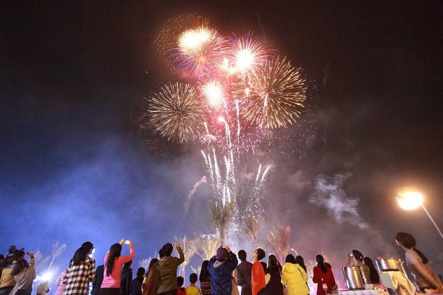 Liên tiếp 2 màn trình diễn pháo hoa trong tháng 4 tại Sầm Sơn: độ xịn xò của thành phố du lịch quốc dân đúng là không phải bàn! - Ảnh 1.