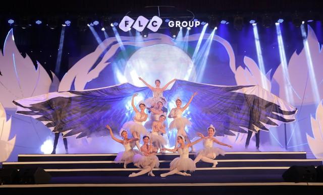 """Bằng Kiều – Minh Tuyết hòa nhịp cùng hàng ngàn khán giả xứ Thanh trong đêm nhạc """"Chuyện tình yêu"""" - Ảnh 1."""