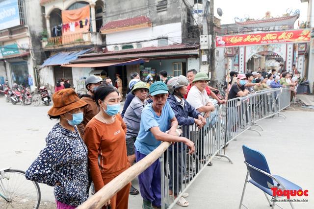 """Hà Nội: Cận cảnh """"Hố tử thần"""" sâu 5m sát nhà dân, sơ tán khẩn hàng chục hộ dân - Ảnh 7."""
