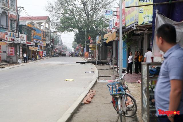 """Hà Nội: Cận cảnh """"Hố tử thần"""" sâu 5m sát nhà dân, sơ tán khẩn hàng chục hộ dân - Ảnh 3."""