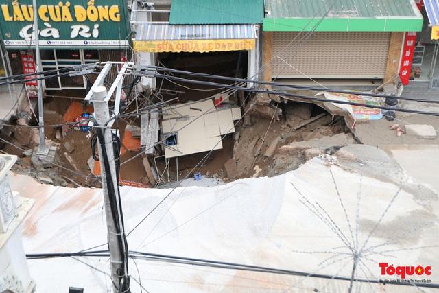 """Hà Nội: Cận cảnh """"Hố tử thần"""" sâu 5m sát nhà dân, sơ tán khẩn hàng chục hộ dân - Ảnh 8."""