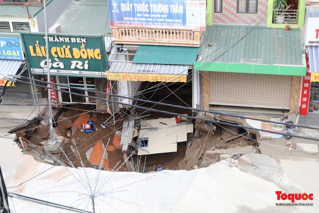 """Hà Nội: Cận cảnh """"Hố tử thần"""" sâu 5m sát nhà dân, sơ tán khẩn hàng chục hộ dân - Ảnh 2."""