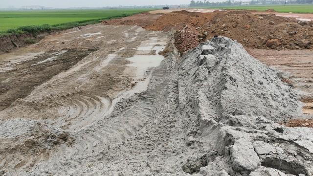 Lập biên bản, xử lý hàng trăm khối cát lẫn vỏ sò biển tại dự án làm đường - Ảnh 2.