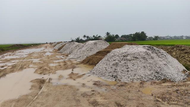 Lập biên bản, xử lý hàng trăm khối cát lẫn vỏ sò biển tại dự án làm đường - Ảnh 1.