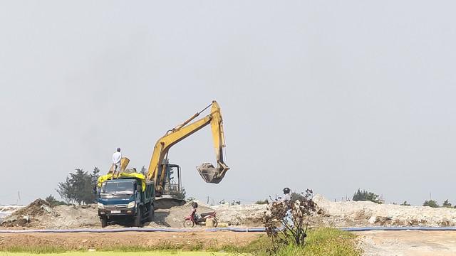 Lập biên bản, xử lý hàng trăm khối cát lẫn vỏ sò biển tại dự án làm đường - Ảnh 4.