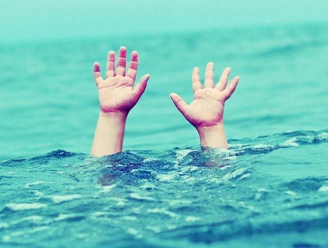 Nam sinh viên tử vong sau khi cứu nhóm bạn đuối nước lúc tắm biển - Ảnh 1.