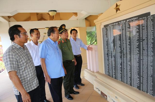 Phó Thủ tướng Thường trực thắp hương tại Khu Di tích lịch sử Cách mạng tỉnh Long An - Ảnh 1.