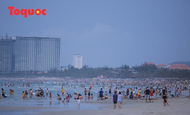 Biển Đà Nẵng đông người dịp lễ 30/4 và 1/5 - Ảnh 6.